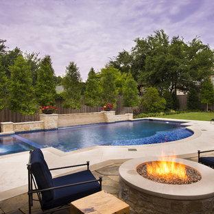 Inspiration pour une piscine méditerranéenne sur mesure avec du béton estampé.
