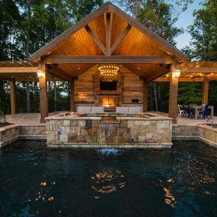 Diseño de piscina con fuente rural, grande, a medida, en patio trasero, con adoquines de piedra natural