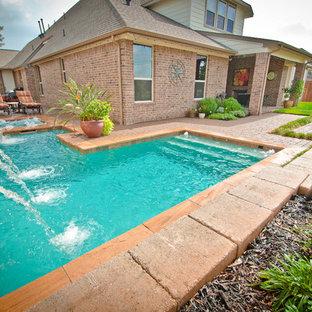 Imagen de piscinas y jacuzzis clásicos, de tamaño medio, en forma de L, en patio lateral, con adoquines de piedra natural