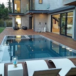 Foto de piscinas y jacuzzis infinitos, minimalistas, de tamaño medio, redondeados, en patio trasero