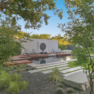 Idee per una piscina naturale minimalista rettangolare dietro casa con fontane e pedane