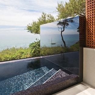 Diseño de piscina elevada, contemporánea, pequeña, rectangular, en azotea, con suelo de baldosas
