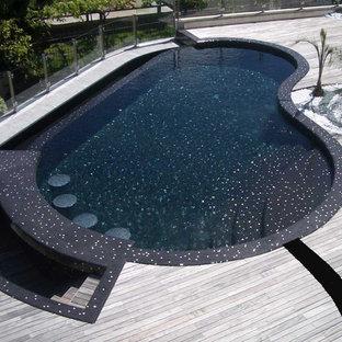 Modelo de piscina minimalista, de tamaño medio, tipo riñón, en azotea, con entablado
