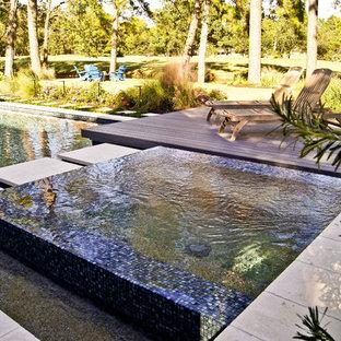Imagen de piscinas y jacuzzis infinitos, minimalistas, de tamaño medio, a medida, en patio trasero, con entablado