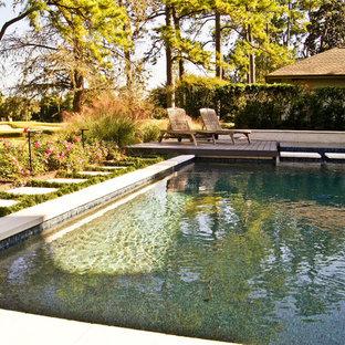 Foto de piscinas y jacuzzis naturales, modernos, de tamaño medio, a medida, en patio trasero, con adoquines de piedra natural