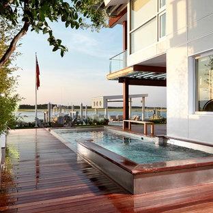 Idee per una piscina naturale stile marino rettangolare di medie dimensioni e nel cortile laterale con una vasca idromassaggio e pedane