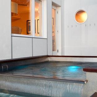 Foto de piscinas y jacuzzis elevados, minimalistas, de tamaño medio, rectangulares, en patio lateral, con entablado