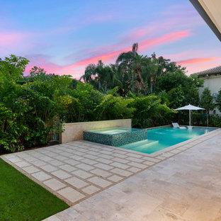 Diseño de piscinas y jacuzzis naturales, tradicionales renovados, de tamaño medio, rectangulares, en patio trasero, con adoquines de piedra natural