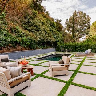 Foto de piscina natural, campestre, rectangular, en patio trasero, con adoquines de hormigón