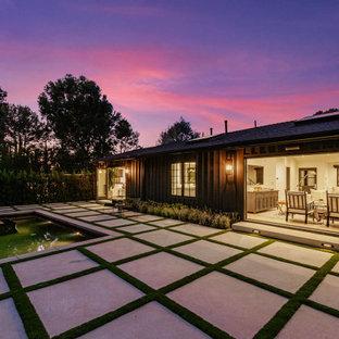 Diseño de piscina natural, campestre, rectangular, en patio trasero, con adoquines de hormigón
