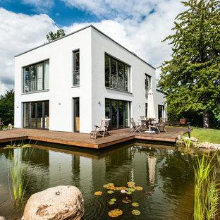 Mittelgroßer Landhausstil Schwimmteich in individueller Form mit Wasserspiel und Kies in Hamburg