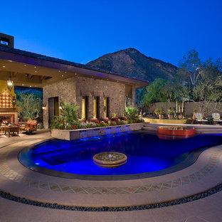 Foto de piscinas y jacuzzis infinitos, modernos, extra grandes, a medida, en patio trasero, con adoquines de hormigón