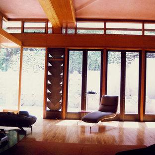 Diseño de casa de la piscina y piscina moderna, de tamaño medio, en patio trasero