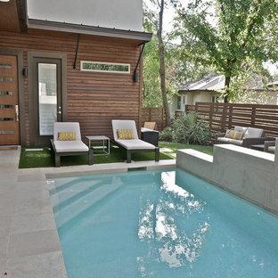 Modelo de piscina moderna, de tamaño medio, rectangular, en patio, con adoquines de hormigón