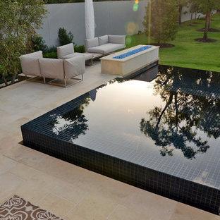 Foto de piscina con fuente infinita, minimalista, pequeña, a medida, en patio trasero, con suelo de baldosas