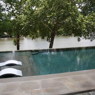 Mittelgroßer, Gefliester Moderner Pool hinter dem Haus in rechteckiger Form in Austin