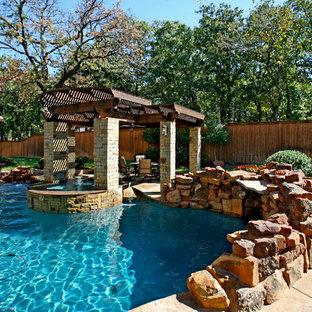 Imagen de piscinas y jacuzzis naturales, mediterráneos, de tamaño medio, a medida, en patio trasero, con suelo de hormigón estampado