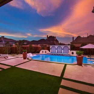 Ejemplo de piscina alargada, mediterránea, de tamaño medio, rectangular, en patio trasero, con suelo de baldosas