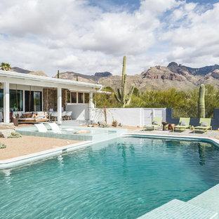 Imagen de piscina infinita, retro, de tamaño medio, a medida, en patio trasero, con granito descompuesto