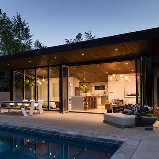 Diseño de casa de la piscina y piscina elevada, moderna, de tamaño medio, rectangular