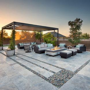Mittelgroßer Moderner Infinity-Pool hinter dem Haus in rechteckiger Form mit Natursteinplatten in Phoenix