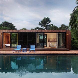 Idées de décoration pour des abris de piscine et pool houses minimalistes avec des pavés en brique.