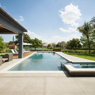Moderner Pool hinter dem Haus in rechteckiger Form in Miami
