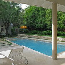 Modern Pool by David Rolston Landscape Architects