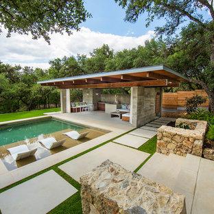 Diseño de casa de la piscina y piscina minimalista, grande, rectangular, en patio trasero, con adoquines de piedra natural