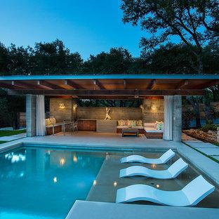 Modelo de casa de la piscina y piscina alargada, moderna, grande, rectangular, en patio trasero, con adoquines de piedra natural