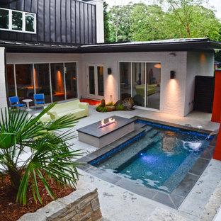 Diseño de piscina con fuente moderna, pequeña, rectangular, en patio trasero, con adoquines de piedra natural