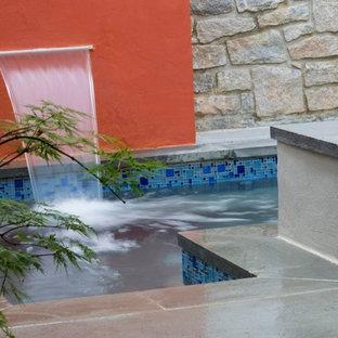 Ispirazione per una piccola piscina moderna rettangolare in cortile con graniglia di granito e una vasca idromassaggio