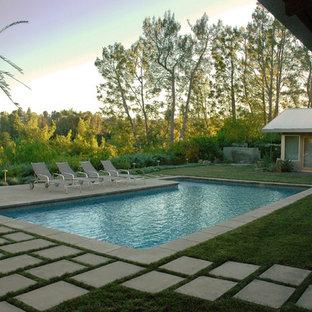 Diseño de piscina contemporánea, grande, en forma de L, en patio trasero, con adoquines de hormigón