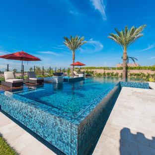 Ejemplo de piscinas y jacuzzis elevados, tropicales, en forma de L
