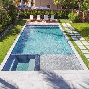 マイアミの中くらいの長方形モダンスタイルのおしゃれなプール (デッキ材舗装) の写真