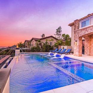 Imagen de piscinas y jacuzzis infinitos, contemporáneos, rectangulares, en patio trasero