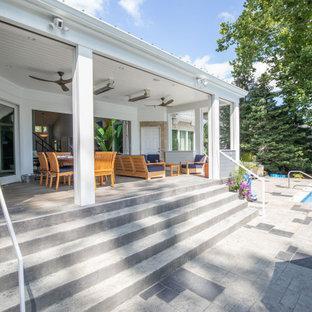 Inspiration pour une grand piscine arrière traditionnelle rectangle avec un aménagement paysager autour d'une piscine et du béton estampé.