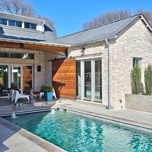 オースティンの中サイズの長方形カントリー風おしゃれなプール (噴水、コンクリート板舗装) の写真