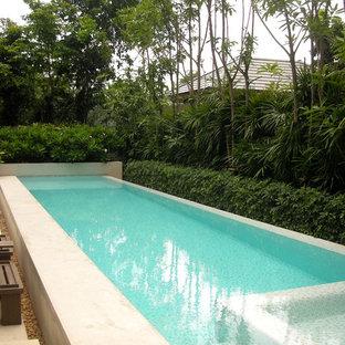 Foto de piscinas y jacuzzis elevados, minimalistas, de tamaño medio, rectangulares, en patio trasero