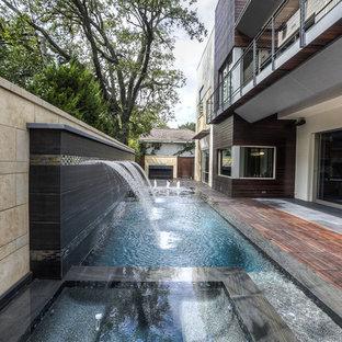 Modelo de piscina con fuente infinita, moderna, pequeña, rectangular, en patio trasero, con entablado