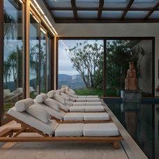 Asian Pool by Eduarda Correa Arquitetura & Interiores