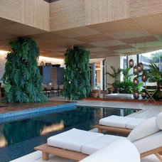Asian Pool by Eduarda Correa Arquitetura & Interiores