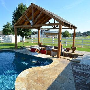 Diseño de piscinas y jacuzzis alargados, rústicos, grandes, a medida, en patio trasero, con suelo de hormigón estampado