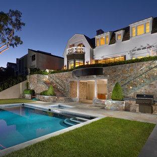 Esempio di una piscina costiera rettangolare dietro casa con una vasca idromassaggio