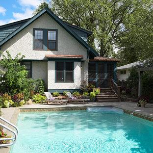 Ispirazione per una piccola piscina american style rettangolare dietro casa con lastre di cemento