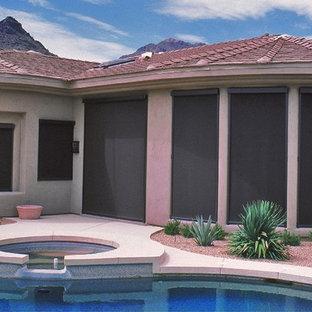 Modelo de piscina contemporánea, de tamaño medio, en forma de L y interior, con losas de hormigón