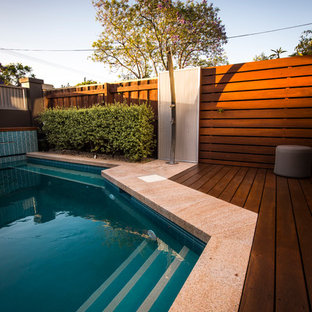 Aménagement d'une petit piscine avant contemporaine rectangle avec des pavés en pierre naturelle.