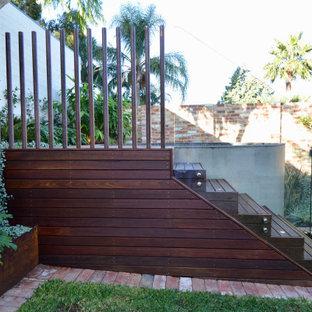 Immagine di una piccola piscina fuori terra minimalista rotonda dietro casa con pedane e paesaggistica bordo piscina