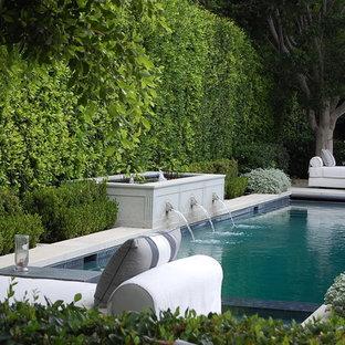 ロサンゼルスのトラディショナルスタイルのおしゃれなプールの写真