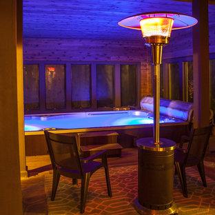 Modelo de piscina alargada, actual, grande, interior y rectangular, con adoquines de piedra natural